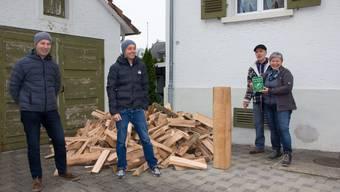 Adrienne und Thomas Müller (rechts) freuen sich über den Preis, den sie von Stefan Staubli (links) und Thomas Frei vom Verein Holzenergie Freiamt erhielten.