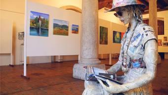 Casimera Romi Wylers Skulptur mit «Zeitungshaut» sehnt sich nach der Ferne. Dies lassen die aufgedruckten Schlagzeilen vermuten.