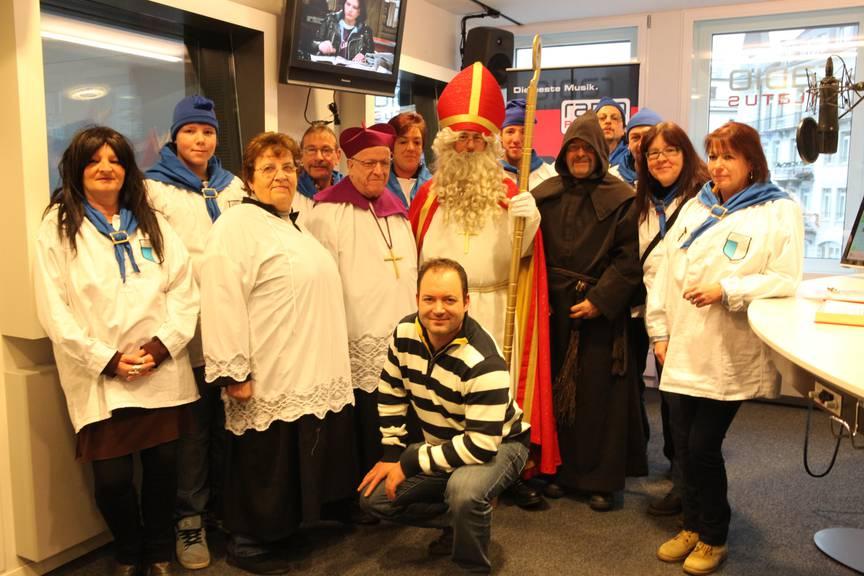 Der Samichlaus der Lozärner Samichlaus-Gesellschaft mit seinem ganzen Gefolge. Vorne in der Mitte: Radio Pilatus-Moderator Boris Macek.