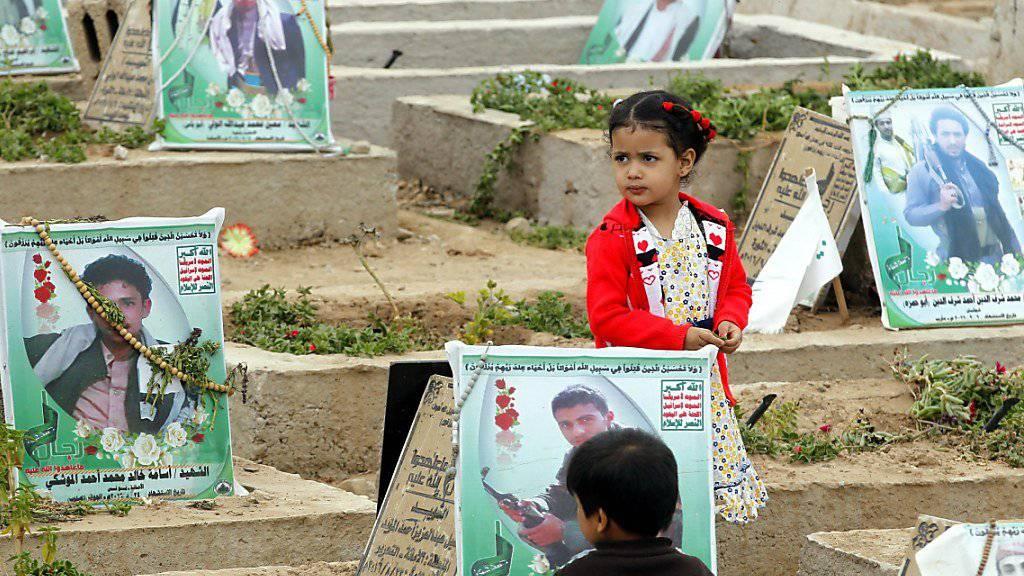 Kinder auf einem Friedhof mit gefallenen Huthi-Kämpfern: Im Jemen sind im rund zweijährigen Konflikt über 1500 Mädchen und Knaben gestorben. (Archivbild)