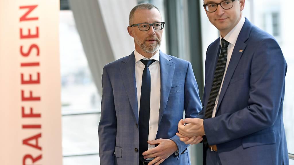 Raiffeisen CEO Heinz Huber (links) und CFO Christian Poerschke verdienen nicht mehr ganz so viel wie ihre Vorgänger. (Archivbild)