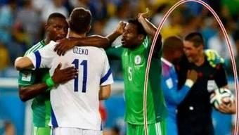Schiri O'Leary lacht nach dem Schlusspfiff im Spiel Bosnien-Nigeria mit einem Nigerianer, das passt den Bosniern überhaupt nicht.