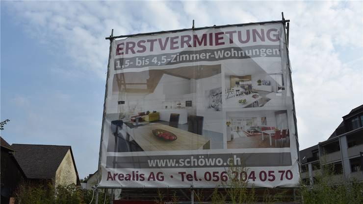 Die Arealis AG aus Baden, Vermarkterin der Neuwohnungen an der Hauptstrasse in Villigen, warb im Juni und Juli mit Mietzinssenkungen um Mieter.