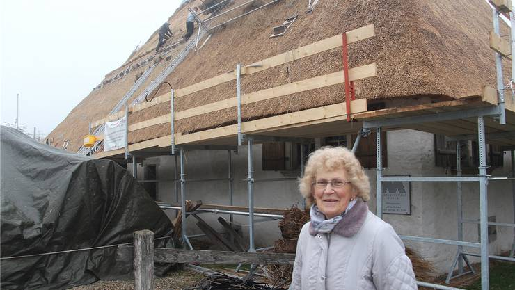 Anna Moser vor dem Strohdachhaus.