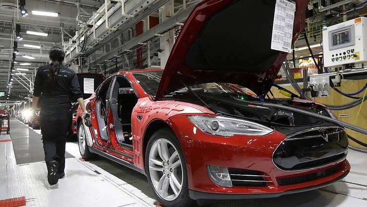 Tesla-Angestellte arbeiten an der Oberklassenlimousine Model S in einer Fabrik in Kalifornien. (Archiv)