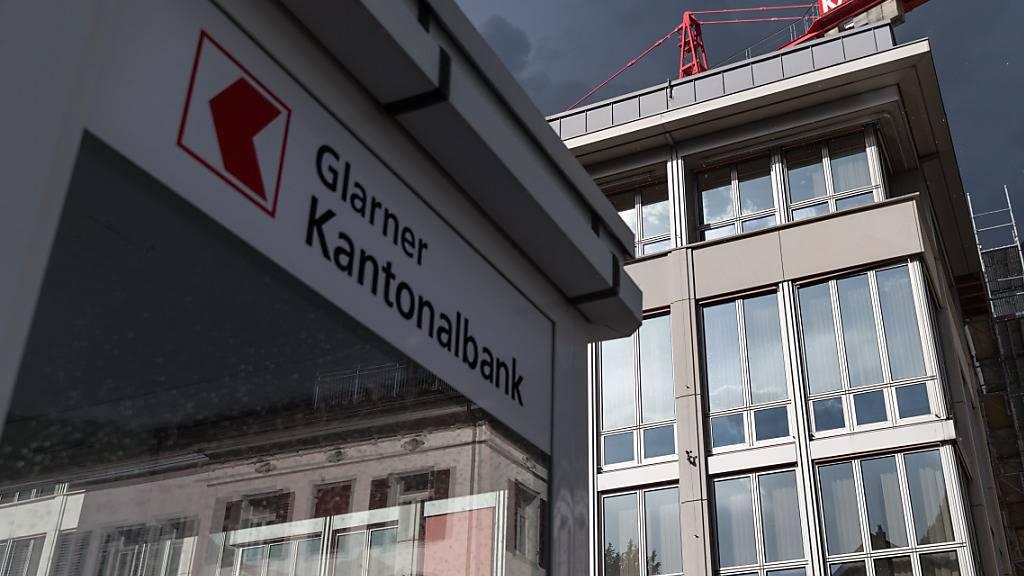 Die Glarner Kantonalbank stellt ein neues Covid-19-Hilfspaket für ihre KMU-Kunden auf die Beine. Insgesamt stellt die Bank bis zu 10 Millionen Franken zur Überbrückung von Liquiditätsengpässen zur Verfügung.(Archivbild)