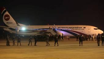Spezialkräfte der Armee und der Polizei umstellen auf dem Flughafen von Chittagong in Bangladesch ein entführtes Flugzeug.