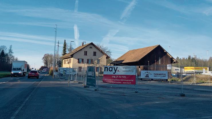 Hendschiken: Auf dem Areal der einstigen Truckerbeiz Horner stehen die Bauprofile für einen McDonald's und eine Coop-Tankstelle mit Shop.