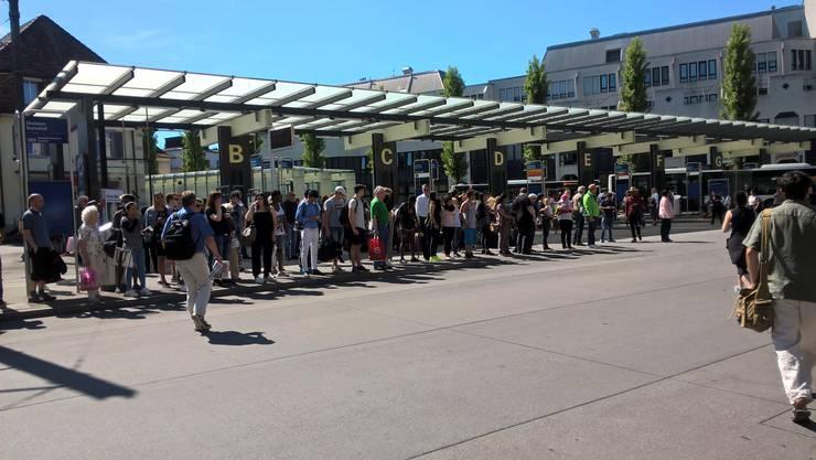 Passagiere zwischen Zürich und Bern müssen mit längeren Reisezeiten rechnen, meldet die SBB. (Bild: In Dietikon warten Passagiere auf die Busse)