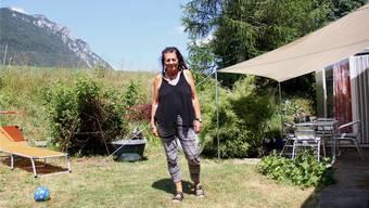 Gaby Rossmann im Garten ihres Hauses in Rüttenen.