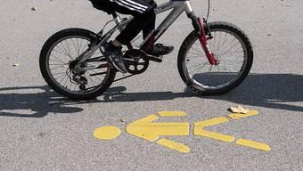 Heutzutage fahren weniger Kinder und Jugendliche mit dem Velo zur Schule als noch vor zwanzig Jahren. (Symbolbild)