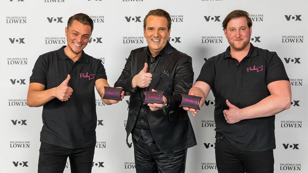 Die Erfinder der «Pinky Gloves» mit ihrem Investor (v.l.):  Eugen Raimkulow, Ralf Dümmel und André Ritterswürden