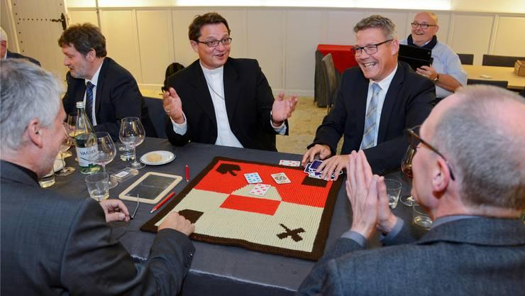 Bischof Felix Gmür und Domherr Peter Schmid bleibt nur das Staunen: Landammann Peter Gomm und Regierungsrat Roland Fürst haben gerade einen «Matsch» gemacht.