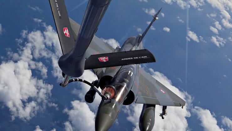 Mission Libyen: Die französische Luftwaffe bereitet das Auftanken eines Kampfjets vom Typ Mirage 2000D in der Luft vor. keystone