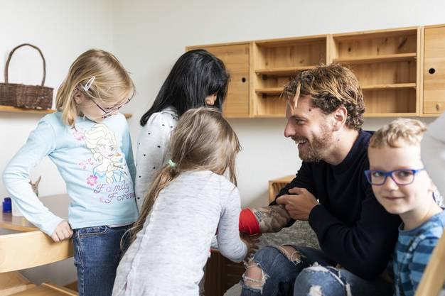 Die Kinder mögen ihn und vermissen ihn während seiner Abwesenheit. Vor allem die sonst scheuen Mädchen blühen in seiner Anwesenheit auf und klammern sich an ihn.
