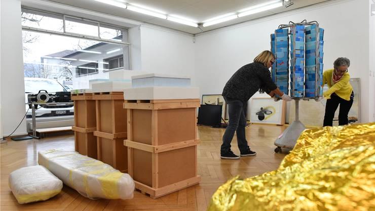 Anlieferung der Exponate für die Jahresausstellung im Kunstmuseum Olten: Nicht alles ist handlich.