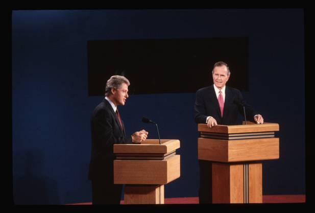 Bill Clinton (l) gegen einen, zumindest in einer Szene, scheinbar gelangweilten George H.W. Bush.