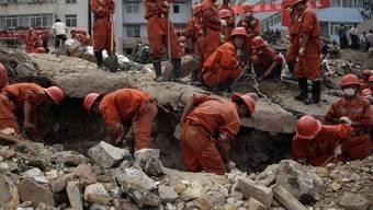 Helfer suchen in Gansu nach Verschütteten