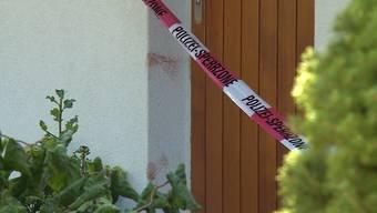 Heute Morgen griff ein 22-jähriger Italiener in Trimbach mehrere Angehörige an und flüchtete. Die Mutter wurde mit schweren Verletzungen ins Spital gebracht. Die Polizei konnte den Mann beim Bahnhof Olten festnehmen.