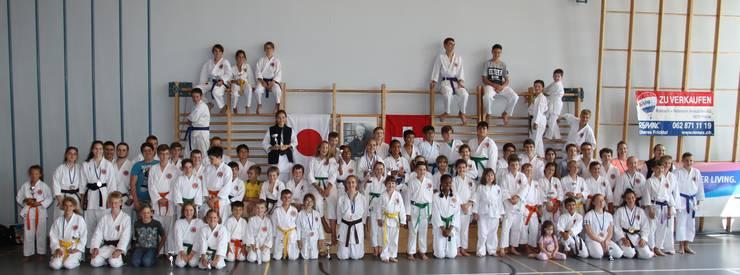 Teilnehmende Karatekämpfer aus Rickenbach, Gebensdorf, Aesch, Aarau, Höri, Schaffhausen und Gipf-Oberfrick.