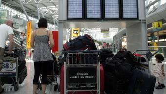 Anzeigetafel im Flughafen Düsseldorf (Symbolbild)