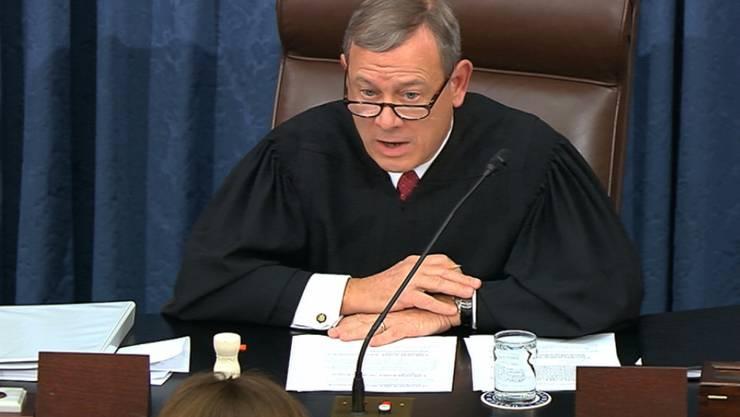 Im Amtsenthebungsverfahren gegen US-Präsident Donald Trump hat sich der Senat nach seiner ersten Sitzung bis zum kommenden Dienstag vertagt. Der Verfahrensleiter und Oberste Richter der USA, John Roberts (im Bild), sagte dann werde der inhaltliche Teil des Verfahrens beginnen.