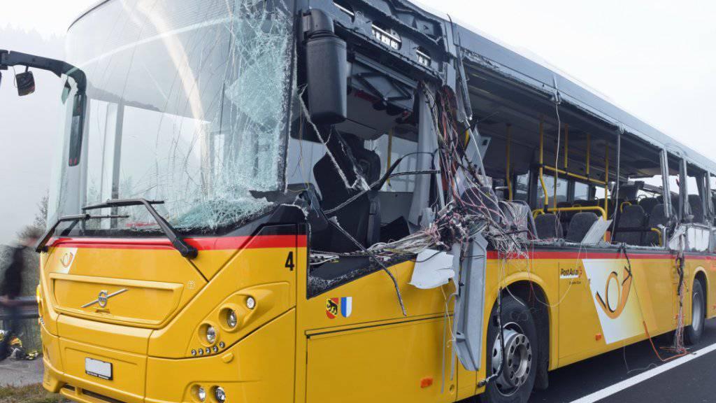 Keine Scheibe blieb ganz auf der Seite, auf der das Postauto im Entlebuch vom Lastwagen gestreift wurde.