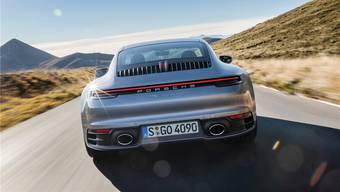 Neun Gitterstäbe und das dritte Bremslicht in Form einer Elf: Sogar das Kühlergitter am Heck nimmt den Modellnamen 911 auf.