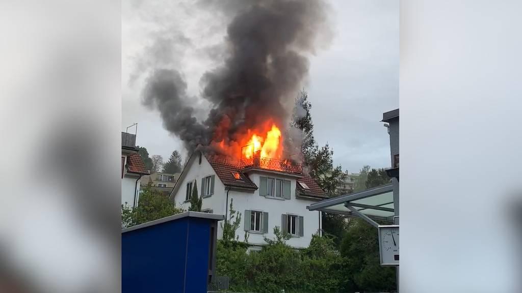 Dachstockbrand im Kreis 10: Mehrfamilienhaus bis auf Weiteres unbewohnbar