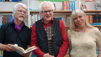 Autor Markus Manfred Jung (links), sein Liedermacher-Freund Uli Führe und Initiatorin Petra Gabriel bei der Verabschiedung des Burgschreibers.