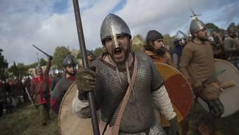 1066 nahm die Geschichte Englands eine bedeutende Wendung: Die Normannen schlugen in der Schlacht von Hastings die angelsächsischen Truppen uns setzten sich als Herrscher fest. 950 Jahre später spielen Geschichtsinteressierte die Schlacht nach.