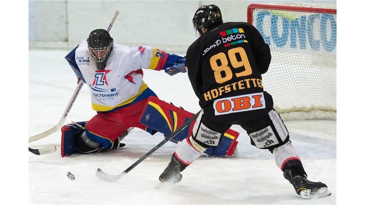 Zuchwils Goalie Simon Pfister stoppt den alleine auf ihn zufahrenden Marc Hofstetter.