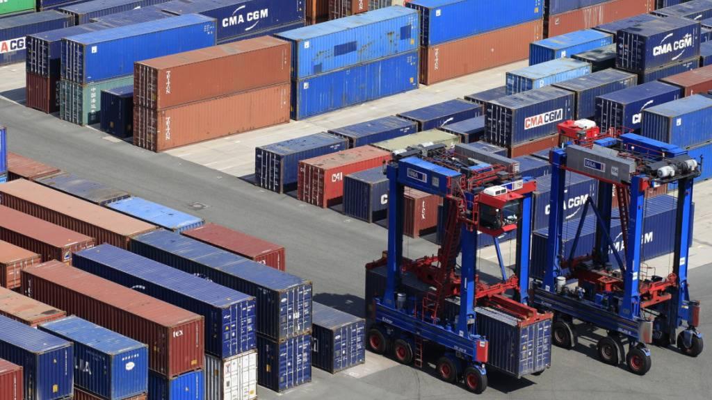 Schweizer Exporte weiter auf Rekordniveau, Importe noch nicht