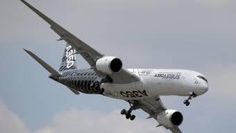 Elegante Erscheinung mit schlanken Flügeln: Ein Airbus A350 auf der Luftfahrtshow in Le Bourget bei Paris Mitte Juni. (Archiv)
