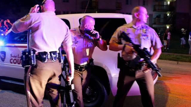 Polizisten am Tatort in der Kleinstadt Ferguson