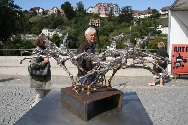 Blick auf ein Kunstwerk von Daniel Schwarz auf der Rheinbrücke
