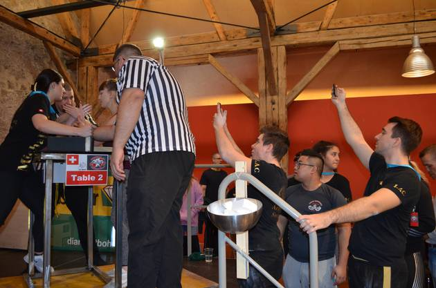 Impressionen von der 33. Schweizermeisterschaft im Armwrestling in der Trotte Villigen.vDer Kampf der Frauen am Tisch wird gefilmt.