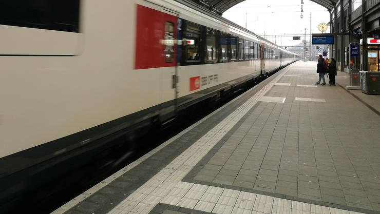 Zum Angriff war es nach dem Aussteigen aus einem Zug auf Gleis 11 gekommen. (Archiv)