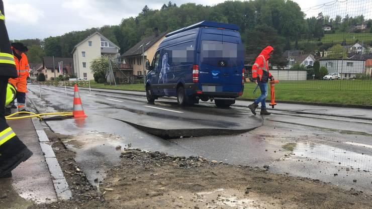 Es sei ein «spektakulärer Wasserrohrbruch» gewesen, und für die Behebung des Schadens hätte die Strasse wieder vollständig gesperrt werden müssen.
