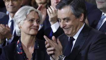 Penelope Fillon (l.) und ihr Mann François Fillon wurden von der französischen Justiz befragt. Der Präsidentschaftskandidat gibt an, seine Frau habe jahrelang als seine parlamentarische Assistentin gearbeitet.