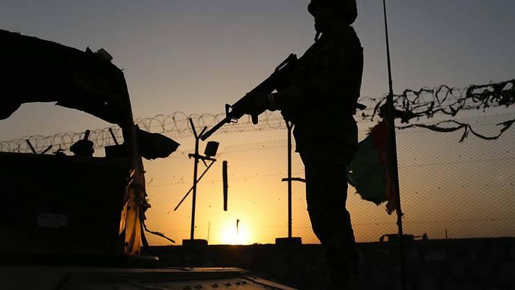 Ein afghanischer Soldat steht Wache in Dschalalabad, der Hauptstadt der Provinz Nangarhar, wo drei US-Soldaten erschossen wurden.