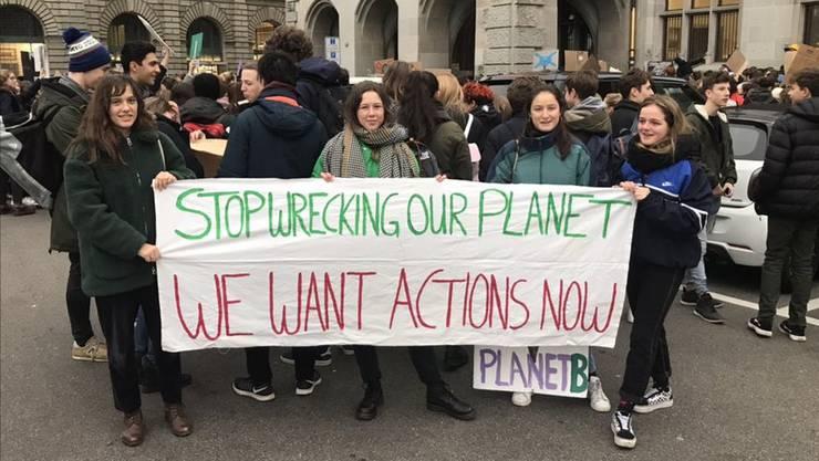«Hört auf, unseren Planeten kaputt zu machen»: Schülerinnen am Freitagmorgen vor dem Zürcher Stadthaus.