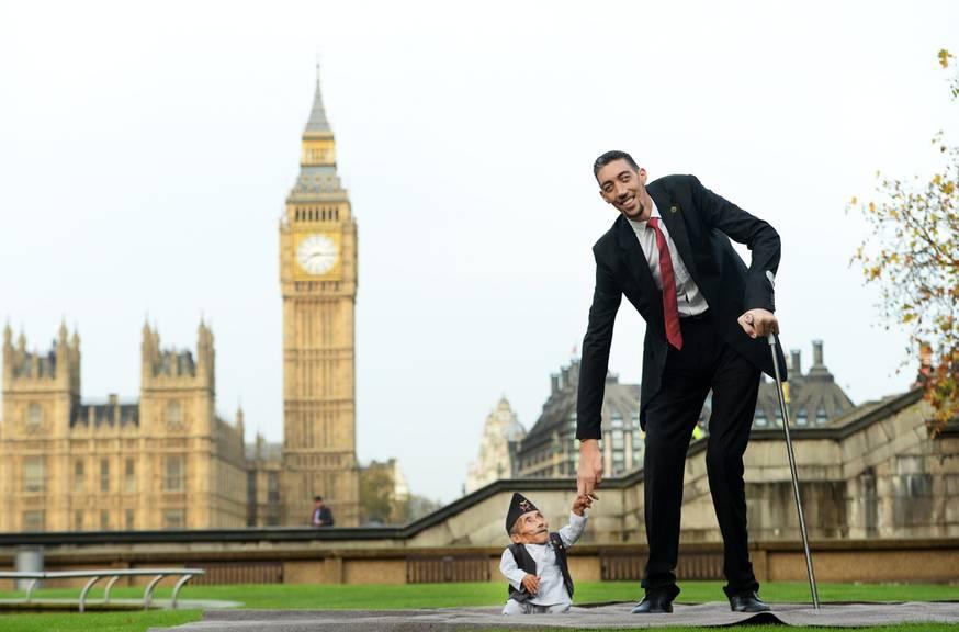 Hier trifft der kleinste Mann der Welt den grössten Mann der Welt.