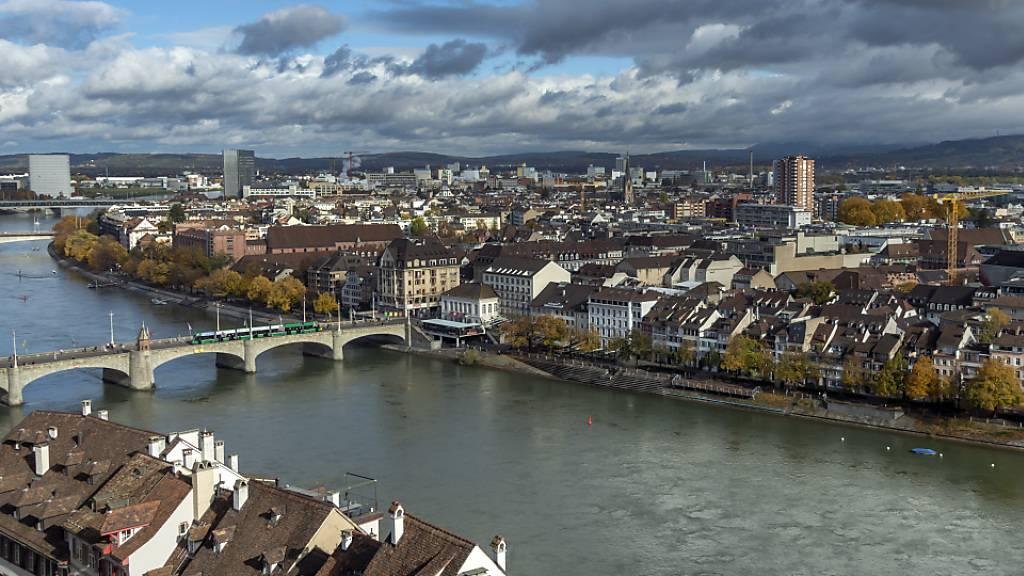 Eine Studie zeigt die Ausbreitungsmuster des Coronavirus im Frühjahr in Basel. Demnach trieben besonders mobile Menschen aus dichteren Wohnvierteln die Pandemie an. (Archivbild)