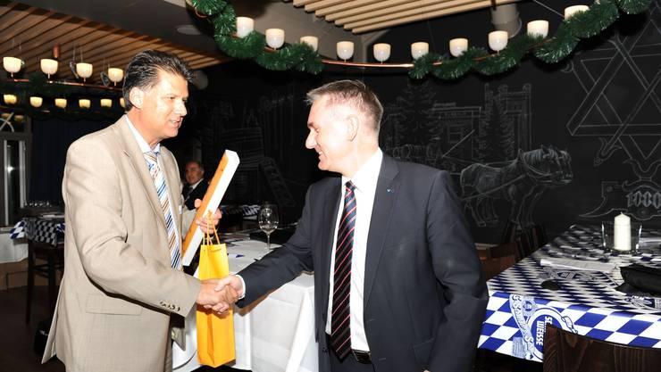 Präsident Adrian Ackermann (links) bedankt sich bei Landammann Alex Hürzeler (rechts) für sein Referat