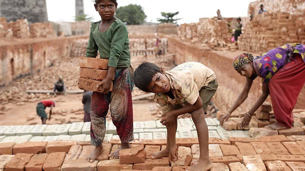 Der Bundesrat will Konzerne mit Sitz in der Schweiz nicht haftbar machen für die Verletzung von Menschenrechten und Umweltvorschriften im Ausland. Er lehnt die Konzernverantwortungsinitiative ab. Im Bild Kinder bei der Arbeit in Bangladesch. (Symbolbild)