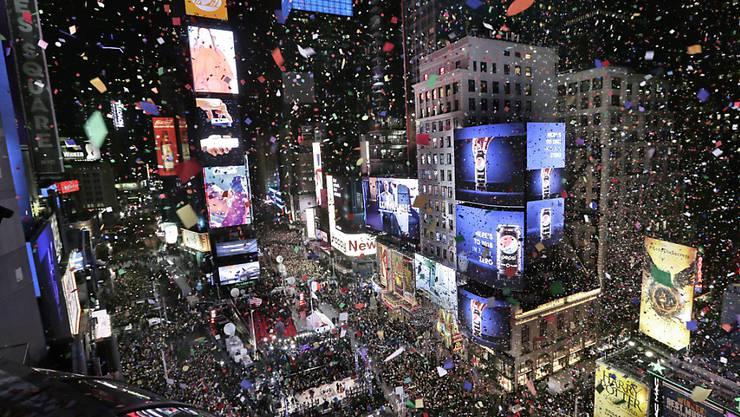 Besucher des New Yorker Times Squares können derzeit ihre Wünsche für 2019 auf Konfetti schreiben - diese sollen dann in der Silvesternacht auf den Platz niederflattern. (Archivbild)