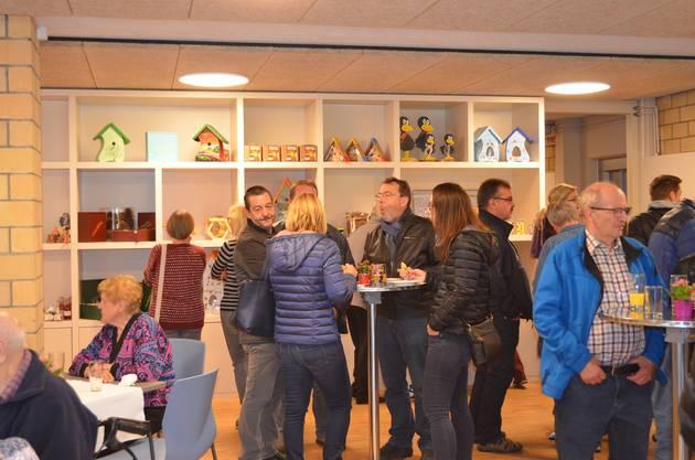 Die Gäste geniessen den Apéro im Café.