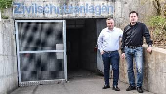 Gemeindeammann Matthias Moser und Sozialvorsteher Thomas Widmer vor der Tägliger Zivilschutzunterkunft.