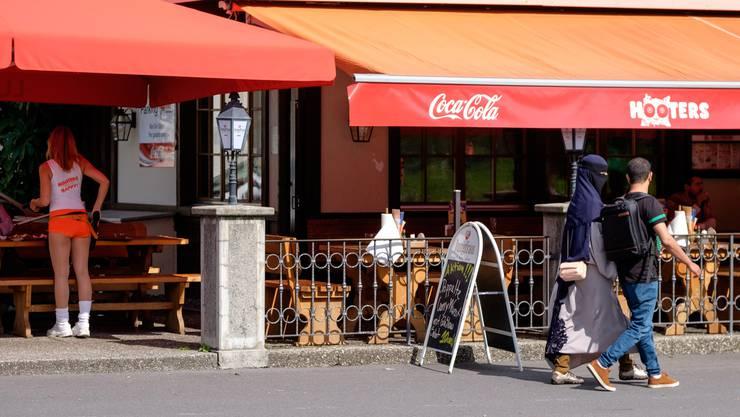 Schmelztiegel der Kulturen: In Interlaken trifft amerikanisch-anzügliche Burger-Kultur auf die Höchstdichte an Burkas.